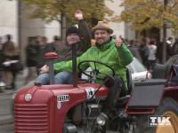 Cord Gross und ein junger Beifahrer mit Down-Syndrom sind mit ihrem Traktor auf dem Weg zum Brandenburger Tor.