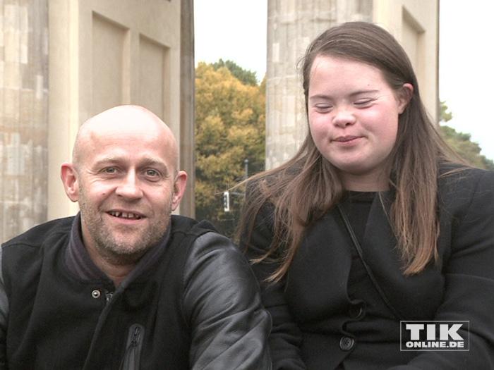 """Jürgen Vogel und ein Mädchen mit Down-Syndrom bei der """"Väter sagen ja""""-Demo vor dem Brandenburger Tor"""