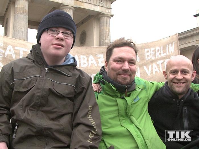 """Jürgen Vogel, Cord Gross und ein Junge mit Down-Syndrom bei der """"Väter sagen ja""""-Demo vor dem Brandenburger Tor"""