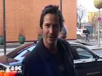 Keanu Reeves wirkt bei seiner Ankunft in Berlin etwas verschlafen