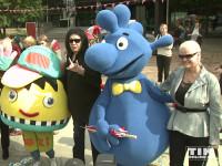 Gene Simmons posiert mit FEZ-Maskotchen Fezi, Theo Tintenklecks und Sheila Lamb in Berln
