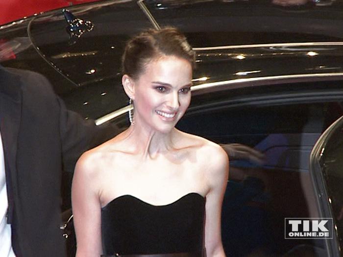 """Trotz eisigen Temperaturen kam Natalie Portman schulterfrei zur Berlin-Premiere von """"Knight of Cups""""."""
