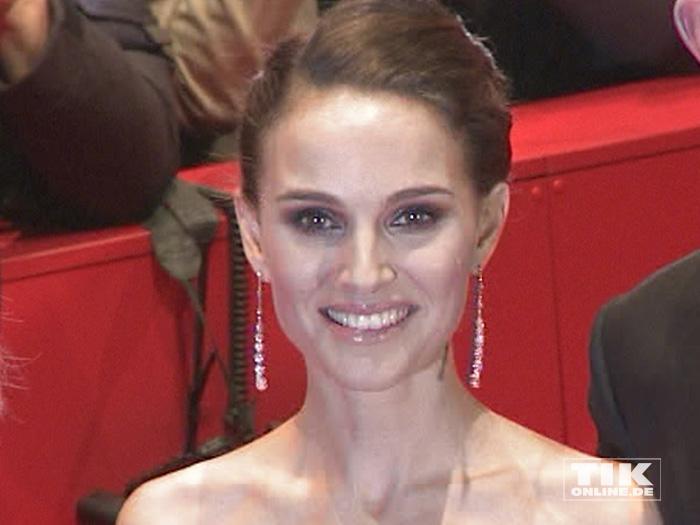"""Natalie Portman mit Hochsteck-Frisur und langen Ohrringen bei der Berlin-Premiere von """"Knight of Cups""""."""