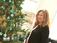 Marion Kracht strahlt beim Charity Ladies Lunch 2015 in Berlin neben dem festlich geschmückten Weihnachtsbaum