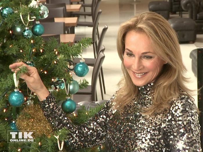 Caroline Beil schmückt den Weihnachtsbaum beim Ladies Lunch 2015 in Berlin