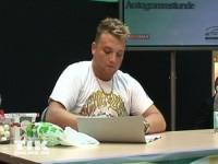 Menowin Fröhlich schreibt Autogramme