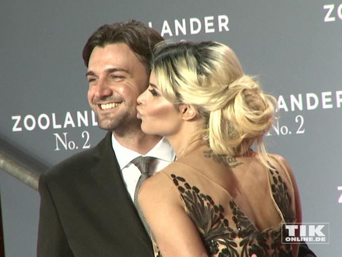 """Micaela Schäfer drückt ihrem neuen Freund Felix bei der """"Zoolander 2""""-Premiere einen dicken Kuss auf"""