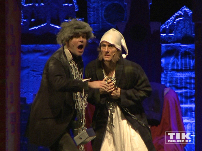 """Ebenezer Scrooge bekommt im Musical """"Eine Weihnachtsgeschichte"""" Besuch von Geist der Weihnacht"""