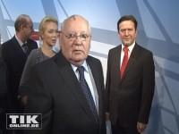 Michail Gorbatschow mit seiner Enkelin Ksenia neben der Wachsfigur von Gerhard Schröder