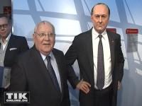 Michail Gorbatschow neben der Wachsfigur von Jacques Chirac