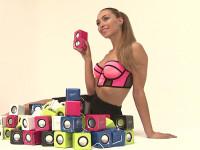 Miss Ronja posiert in sexy Outfit und neben bunten Bluetooth-Lautsprechern der Firma Arctic.