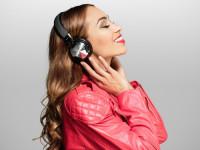 Miss Ronja genießt Musik mit kabellosen Arctic-Kopfhörern bei einem Kalender-Shooting
