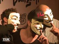 Marc Barthel und Begelitung in Guy Fowkes Masken bei der Halloween-Party von Natascha Ochsenknecht
