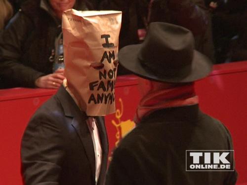 """Shia LaBeouf mit Tüte, Dieter Koslick mit Hut bei der Berlinale-Premiere von """"Nymphomaniac"""""""