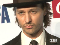 Tom Schilling posiert mit Hut bei der Opening Night Gala der 66. Berlinale