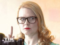 Patricia Kelly mit strengem Blick und erhobenem Zeigefinger