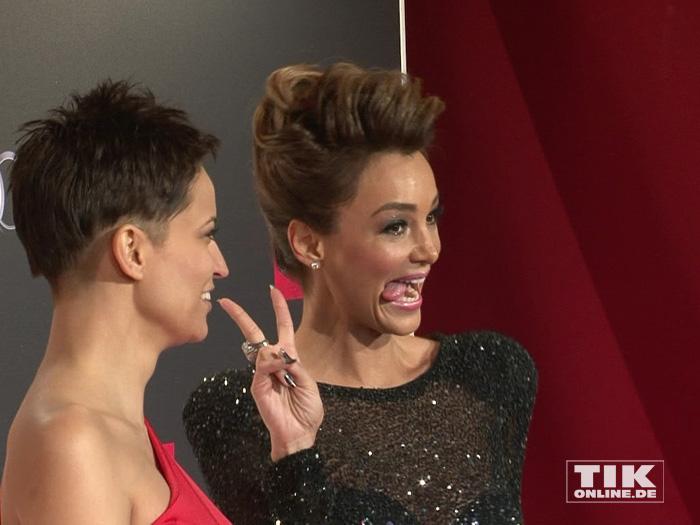 Siegessicher: Verona Pooth zeigt Zunge und Victory-V bei der Place-2-B- Party in Berlin