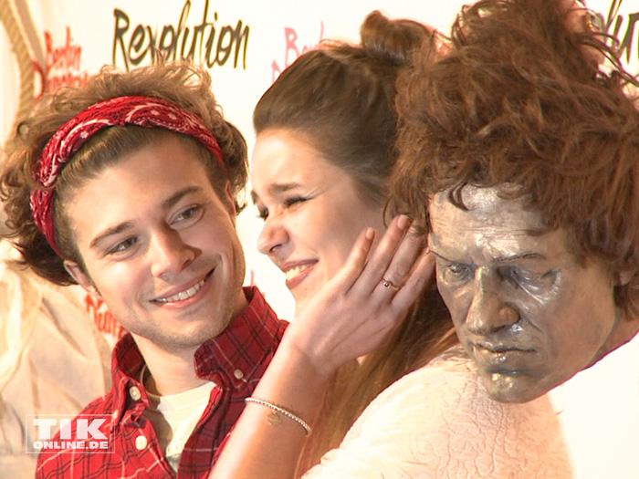 Jascha Rust erschreckt seine Freundin Helene mit einem abgetrennten Kopf
