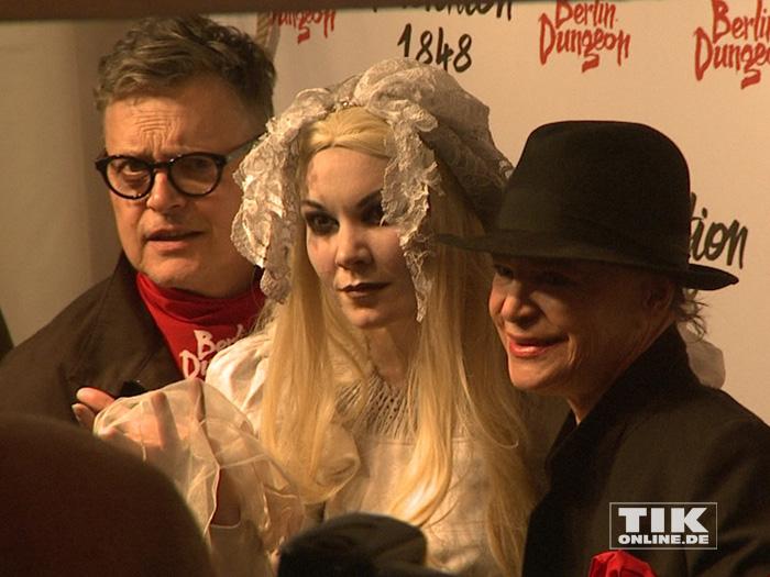 Rolf Scheider und Barbara Engel posieren mit einer gruseligen Dame