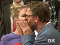 """Thomas Kretschmann küsst seine Freundin Brittany Rice zärtlich auf dem roten Teppich der Premiere von """"Hitman: Agent 47"""" in Berlin"""
