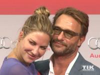 """Kuscheln auf dem roten Teppich: Thomas Kretschmann und seine Freundin Brittany bei der Premiere von """"Hitman: Agent 47"""" in Berlin"""