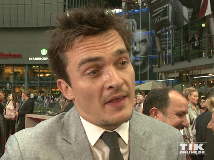 """Hauptdarsteller Rupert Friend steht Rede und Antwort bei der Premiere des Action-Spektakels """"Hitman: Agent 47"""" in Berlin."""