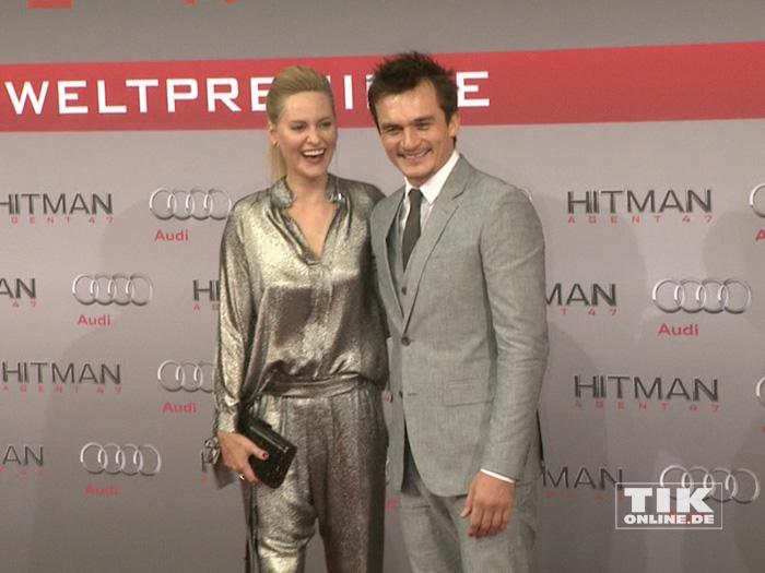 """Rupert Friend posiert gut gelaunt mit seiner Freundin Aimee Mullins bei der Premiere des Action-Spektakels """"Hitman: Agent 47"""" in Berlin."""