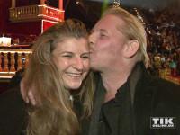Ben Becker drück seiner Frau Anne bei der Premiere des Roncalli Weihnachtscircus 2015 einen dicken Kuss auf die Wange
