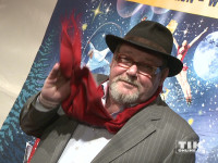 Walter Plathe winkt mit seinem roten Schal bei der Premiere des Roncalli Weihnachtscircus 2015