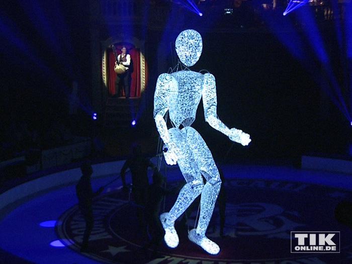 Eines der Highlight bei der Premiere des Roncalli Weihnachtscircus 2015 war die riesige Marionette Dundu