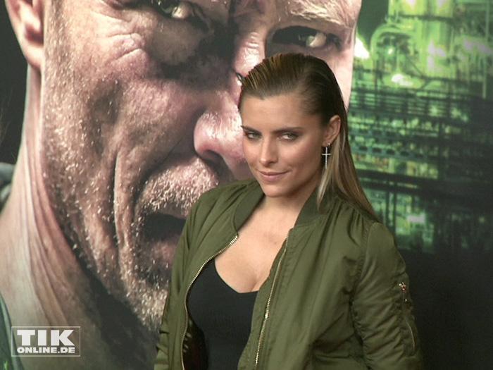 """Sophia Thomalla in dunkelgrüner Bomberjacke bei der Premiere des Schweiger-Tatorts """"Der große Schmerz"""" im Berliner Kino Babylon"""