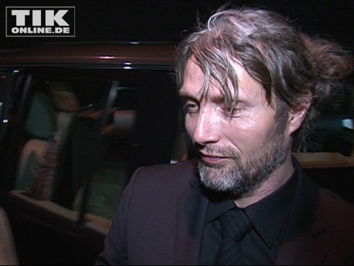 """Mads Mikkelsen kam mit Fünf-Tage-Bart und Hochsteckfrisur zur Premiere von """"Die Tür"""""""