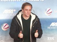"""Daumen hoch: Matthias Schweighöfer ist der Produzent der Komödie """"Highway to Hellas"""""""