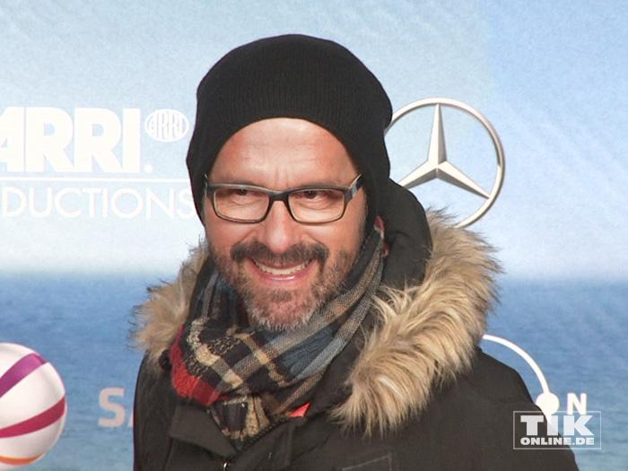 """Dick in Schal, Fellkragen und Mütze eingepackt kam Christoph Maria Herbst zur Premiere der Komödie """"Highway to Hellas"""" in Berlin"""