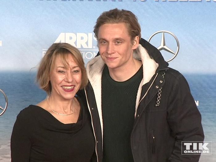 """Matthias Schweighöfer und seine Mutter Gitta Schweighöfer bei der Premiere der Komödie """"Highway to Hellas"""" in Berlin"""