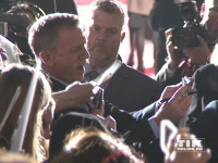 """007-Darsteller Daniel Craig wurde bei der """"James Bond - Spectre""""-Premiere in Berlin von den Fans regelrecht wegen Autogrammen und Selfies belagert"""