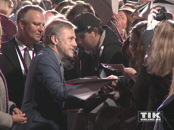 """Christoph Waltz musste bei der """"James Bond - Spectre""""-Premiere in Berlin zahlreiche Autogramme schreiben"""