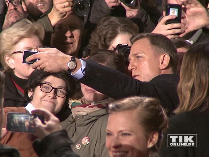 """Geduldig posierte Daniel Craig bei der """"James Bond - Spectre""""-Premiere in Berlin für Selfies mit den wartenden Fans"""