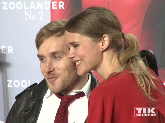 """Samuel Koch und seine Verlobte Sarah Elena Timpe posieren verliebt auf der """"Zoolander 2""""-Premiere in Berlin"""