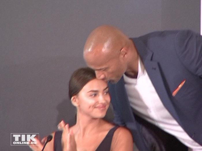 """Dwayne """"The Rock"""" Johnson küsst Co-Star Irina Shayk auf der """"Hercules""""-Pressekonferenz in Berlin"""