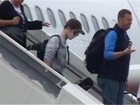 In einem gemütlich aussehenden Pullover schlenderte er wie ein ganz normaler Tourist die Gangway hinunter.