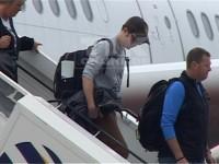 Mit Basecap und dunkler Sonnenbrille getarnt stieg Pattinson aus dem Flugzeug.