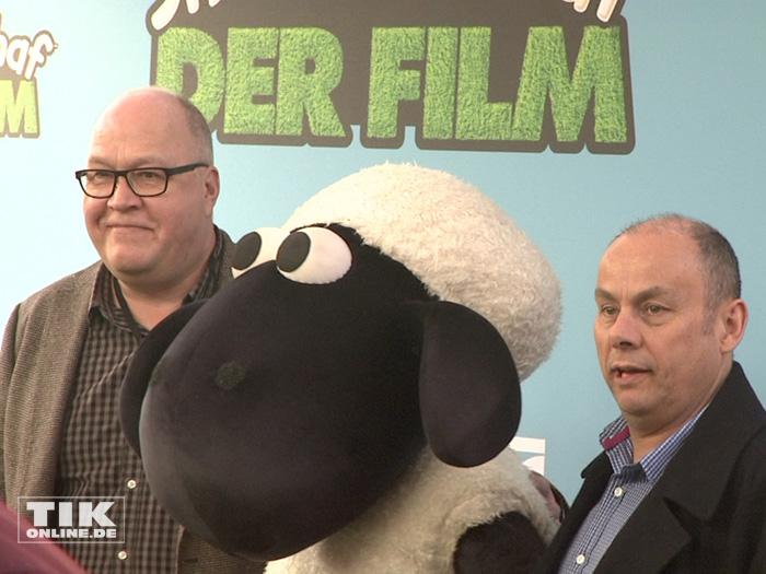 """Die Filmemacher Richard Starzak und Mark Burton mit Schaf Shaun bei der Premiere von """"Shaun das Schaf - Der Flim"""" in Berlin"""