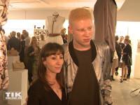 Das international renommierten Albino-Models Shaun Ross und die Designerin Nina Athanasiou