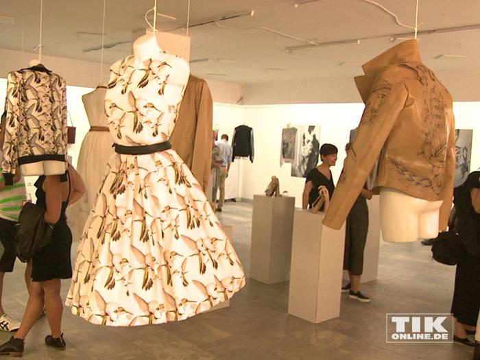 Von der Designerin Nina Athanasiou entworfene Mode mit dem Konterfei des international renommierten Albino-Models Shaun Ross