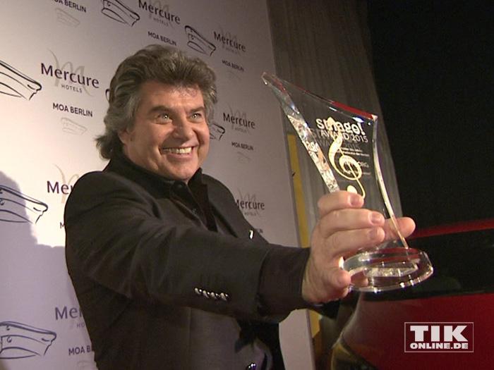 Andy Borg präsentierte stolz seinen Preis bei den Smago Awards in Berlin