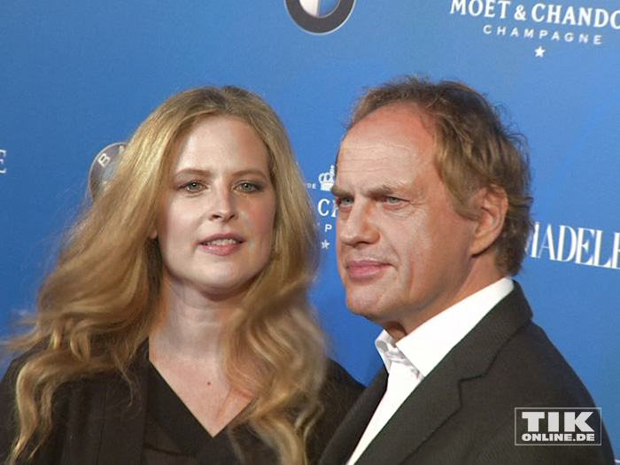 Diana Amft und Uwe Ochsenknecht posieren gemeinsam bei der ARD Blue Hour 2016