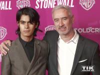 """Regisseur Roland Emmerich posiert bei der Premiere seines Films """"Stonewall"""" in Berlin mit seinem Freund Omar de Soto"""