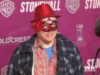 """Rosa von Praunheim kam mit rotem Hütchen und einer floral-glitzernden Variante einer Zorro-Maske zur Premiere des Films """"Stonewall"""" in Berlin"""