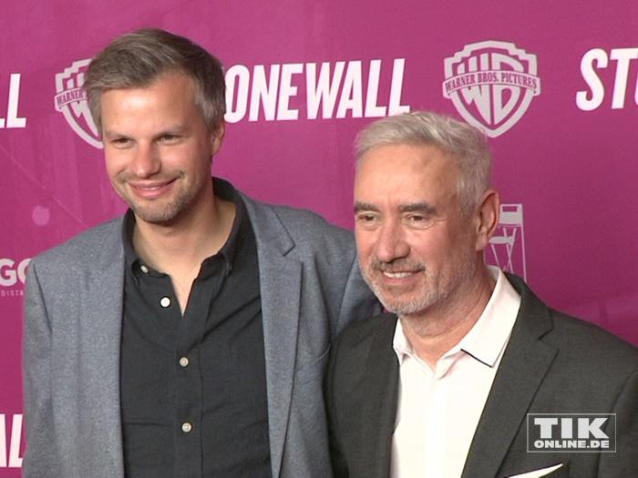 """Regisseur Roland Emmerich und sein Kameramann Markus Förderer bei der Premiere ihres Films """"Stonewall"""" in Berlin"""
